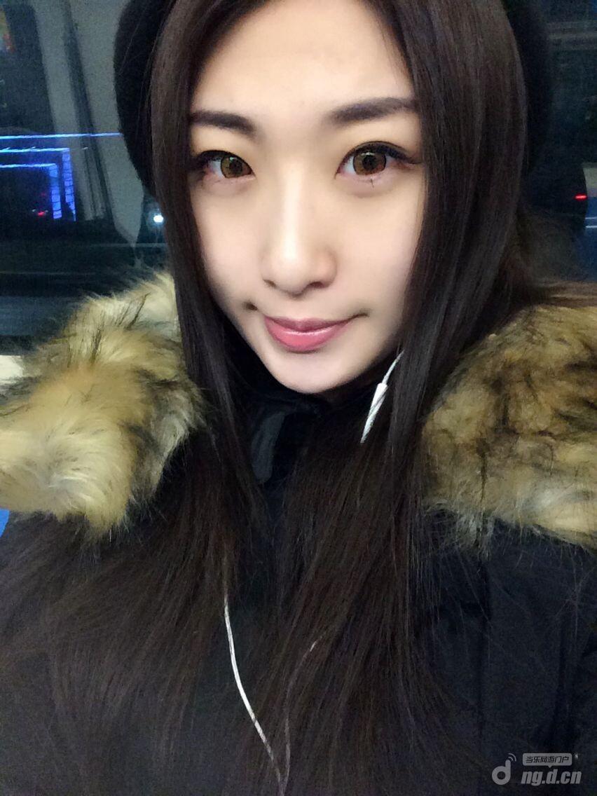 美女面对面 地铁偶遇玩《暗黑黎明》的妹子